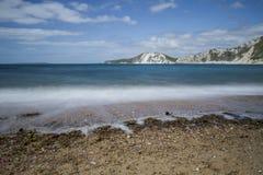 Κύματα που συντρίβουν επάνω στην παραλία βοτσάλων Στοκ φωτογραφία με δικαίωμα ελεύθερης χρήσης