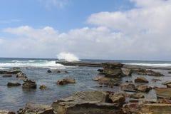 Κύματα που συντρίβουν επάνω στους βράχους στην παραλία Terrigal Στοκ Φωτογραφία