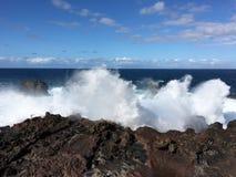 Κύματα που συντρίβουν επάνω στους βράχους στοκ εικόνες