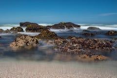 Κύματα που συντρίβουν πέρα από τους βράχους στην οδοντωτή ακτή βόρειας Καλιφόρνιας, που λαμβάνεται σε μια μακροχρόνια έκθεση για  στοκ εικόνες