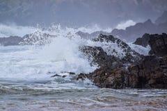 Κύματα που συντρίβουν πέρα από τους βράχους στην ταραχώδη γκρίζα θάλασσα Στοκ φωτογραφία με δικαίωμα ελεύθερης χρήσης