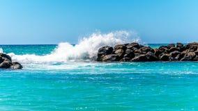 Κύματα που συντρίβουν στα εμπόδια φιαγμένα από μεγάλους βράχους στην κοινότητα θερέτρου Ko Olina στοκ εικόνα με δικαίωμα ελεύθερης χρήσης