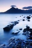 Κύματα που συντρίβουν στην ακτή με τον ευμετάβλητο δραματικό ουρανό σε Elgol στο νησί της Skye, Σκωτία, UK σκηνή πρωινού στοκ φωτογραφία με δικαίωμα ελεύθερης χρήσης