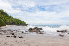 Κύματα που συντρίβουν στην παραλία montezuma βράχων Στοκ Φωτογραφίες