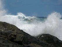 Κύματα που συντρίβουν στη μαύρη, ηφαιστειακή ακτή στοκ εικόνα