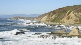 Κύματα που συντρίβουν στη δύσκολη ακτή Καλιφόρνιας απόθεμα βίντεο