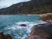 Κύματα που συντρίβουν στις παράκτιες πέτρες στην ανατολή στοκ φωτογραφία με δικαίωμα ελεύθερης χρήσης