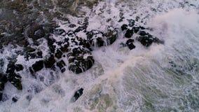 Κύματα που συντρίβουν στους απότομους βράχους θάλασσας, εναέριο βίντεο απόθεμα βίντεο
