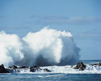 Κύματα που συντρίβουν στους βράχους στην ακτή Στοκ εικόνα με δικαίωμα ελεύθερης χρήσης