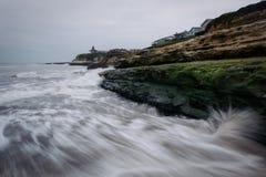 Κύματα που συντρίβουν στους βράχους στη φυσική κρατική παραλία γεφυρών Στοκ εικόνα με δικαίωμα ελεύθερης χρήσης