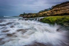 Κύματα που συντρίβουν στους βράχους στη φυσική κρατική παραλία γεφυρών Στοκ Φωτογραφία