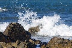 Κύματα που συντρίβουν στους βράχους Στοκ φωτογραφίες με δικαίωμα ελεύθερης χρήσης