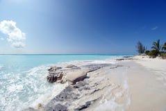 Κύματα που συντρίβουν στο βράχο ασβεστόλιθων στοκ εικόνα με δικαίωμα ελεύθερης χρήσης