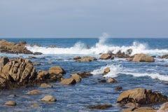 Κύματα που συντρίβουν την ακτή Καλιφόρνιας Στοκ φωτογραφίες με δικαίωμα ελεύθερης χρήσης