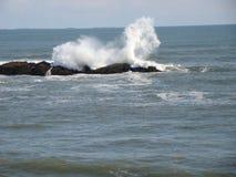 Κύματα που χορεύουν με μερικούς βράχους Στοκ φωτογραφία με δικαίωμα ελεύθερης χρήσης