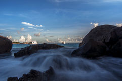 Κύματα που χτυπούν τους βράχους στο νησί Similan, Ταϊλάνδη Στοκ εικόνες με δικαίωμα ελεύθερης χρήσης