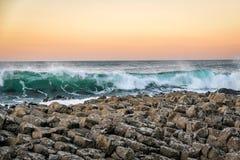 Κύματα που χτυπούν τους γίγαντες Causway στοκ εικόνα με δικαίωμα ελεύθερης χρήσης