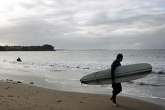 κύματα προσοχής παραλιών surfer Στοκ Εικόνα