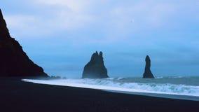 Κύματα πρωινού στη βροχερή ημέρα στην παραλία Reynisfjara απόθεμα βίντεο