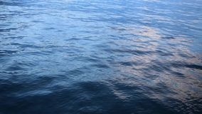 Κύματα σε έναν ποταμό με τις αντανακλάσεις απόθεμα βίντεο