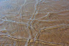 Κύματα σε μια αμμώδη παραλία Στοκ εικόνα με δικαίωμα ελεύθερης χρήσης