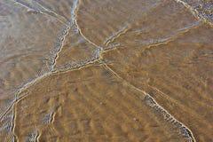 Κύματα σε μια αμμώδη παραλία Στοκ φωτογραφίες με δικαίωμα ελεύθερης χρήσης