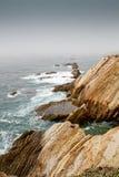 Κύματα σε μια ομιχλώδη ακτή calif Στοκ εικόνες με δικαίωμα ελεύθερης χρήσης