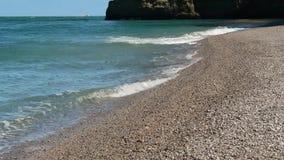 Κύματα σε μια παραλία αμμοχάλικου κοντά σε Etretat απόθεμα βίντεο