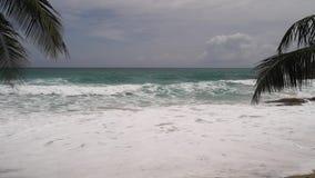 Κύματα σε μια παραλία φιλμ μικρού μήκους