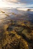 κύματα σκοπέλων Στοκ εικόνα με δικαίωμα ελεύθερης χρήσης