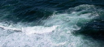 Κύματα στα ωκεάνια καταβρέχοντας κύματα Επιφάνεια θαλάσσιου νερού με το ελαφρύ κτύπημα κυμάτων Στοκ εικόνες με δικαίωμα ελεύθερης χρήσης