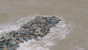 Κύματα στην ακροθαλασσιά μια θυελλώδη ημέρα απόθεμα βίντεο