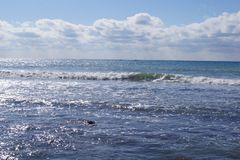 Κύματα στην ακτή Καλύπτει κοντά στον ορίζοντα Στοκ Εικόνες