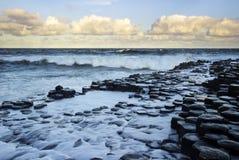 Κύματα στην ανατολή στο υπερυψωμένο μονοπάτι του διάσημου γίγαντα Στοκ φωτογραφία με δικαίωμα ελεύθερης χρήσης