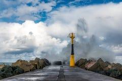 Κύματα στην αποβάθρα Στοκ εικόνα με δικαίωμα ελεύθερης χρήσης