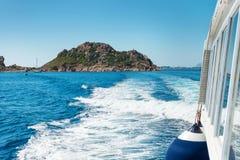 Κύματα στην μπλε θάλασσα πίσω από τη βάρκα Στοκ φωτογραφία με δικαίωμα ελεύθερης χρήσης