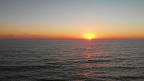 Κύματα στην παραλία στο ηλιοβασίλεμα απόθεμα βίντεο