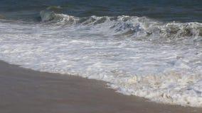 Κύματα στην παραλία στο νησί πυρκαγιάς απόθεμα βίντεο