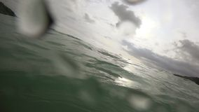Κύματα στην παραλία Nai Harn, Ταϊλάνδη απόθεμα βίντεο