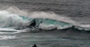 Κύματα στον Ατλαντικό Ωκεανό, Πόρτο Moniz, νησί Πορτογαλία της Μαδέρας, σε αργή κίνηση φιλμ μικρού μήκους