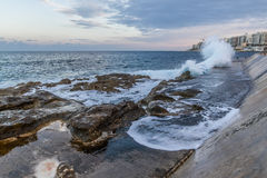 Κύματα στον κυματοθραύστη Στοκ Φωτογραφία