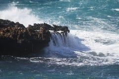 Κύματα στους βράχους Στοκ φωτογραφίες με δικαίωμα ελεύθερης χρήσης