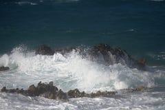 Κύματα στους βράχους Στοκ εικόνα με δικαίωμα ελεύθερης χρήσης