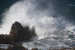 Κύματα στους βράχους Στοκ εικόνες με δικαίωμα ελεύθερης χρήσης
