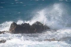 Κύματα στους βράχους Στοκ Φωτογραφίες
