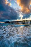Κύματα στο Ειρηνικό Ωκεανό και την αποβάθρα του Νιούπορτ στο ηλιοβασίλεμα Στοκ εικόνες με δικαίωμα ελεύθερης χρήσης