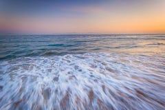 Κύματα στο Ειρηνικό Ωκεανό στο ηλιοβασίλεμα, σε Santa Barbara, Californ Στοκ Φωτογραφίες