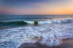 Κύματα στο Ειρηνικό Ωκεανό στο ηλιοβασίλεμα, σε Santa Barbara, Californ Στοκ Εικόνες