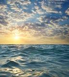 Κύματα στο ηλιοβασίλεμα παράδεισος φύσης στοιχείων σχεδίου σύνθεσης Στοκ εικόνα με δικαίωμα ελεύθερης χρήσης