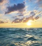 Κύματα στο ηλιοβασίλεμα παράδεισος φύσης στοιχείων σχεδίου σύνθεσης Στοκ Φωτογραφία